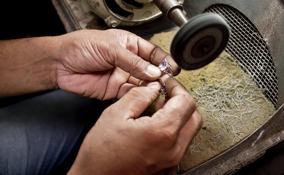 polishing engagement rings at sumuduni gems